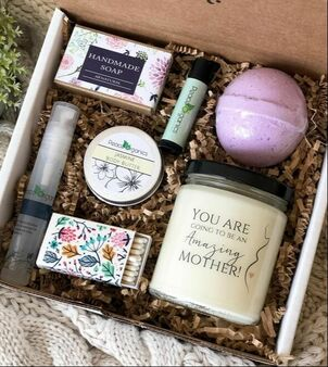 Thinking about a gift for a soon to be mother. This spa box will give any pregnant women or recent mother a relaxing day. click to read about other fun gifts for moms. #greenbeauty #mothers